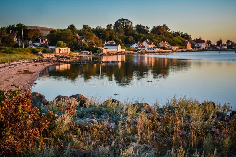 Χωριό στον κόλπο - ηρεμία βραδιού (Δανία) στοκ εικόνα με δικαίωμα ελεύθερης χρήσης