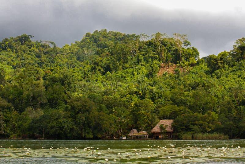Χωριό στον ποταμό πριν από τη θύελλα βροχής στη Γουατεμάλα στοκ φωτογραφίες