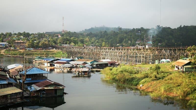 Χωριό συνόλων στη μεγάλη λίμνη κοντά στα σύνορα της Ταϊλάνδης και του Μιανμάρ, με να επιπλεύσει γεφυρών μπαμπού που γίνεται από τ στοκ φωτογραφία με δικαίωμα ελεύθερης χρήσης