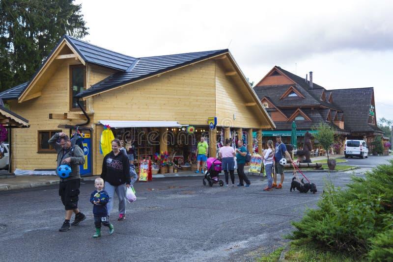 Χωριό του Ιαν. Liptovsky Σλοβακία Οι τουρίστες κοντά στο δώρο ψωνίζουν στοκ φωτογραφία με δικαίωμα ελεύθερης χρήσης
