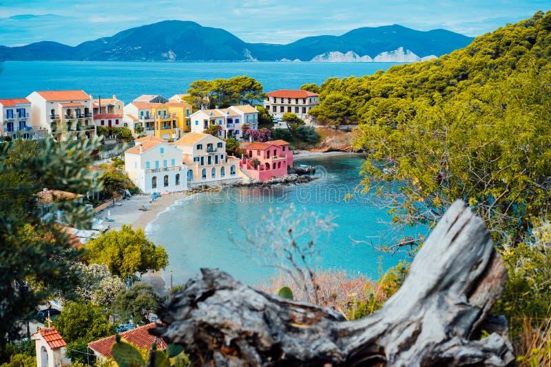 Χωριό Assos σε Kefalonia, Ελλάδα Ήρεμο μπλε νερό κόλπων και χρωματισμένα παραδοσιακά σπίτια Παλαιά εμπλοκή στο μέτωπο στοκ φωτογραφία με δικαίωμα ελεύθερης χρήσης