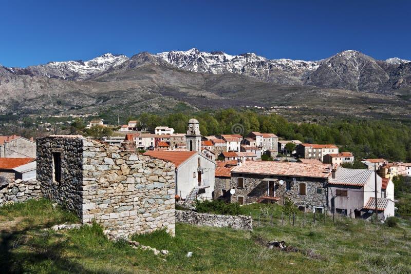Χωριό Casamaccioli και ορεινός όγκος του Monte Cinto στην Κορσική στοκ εικόνες