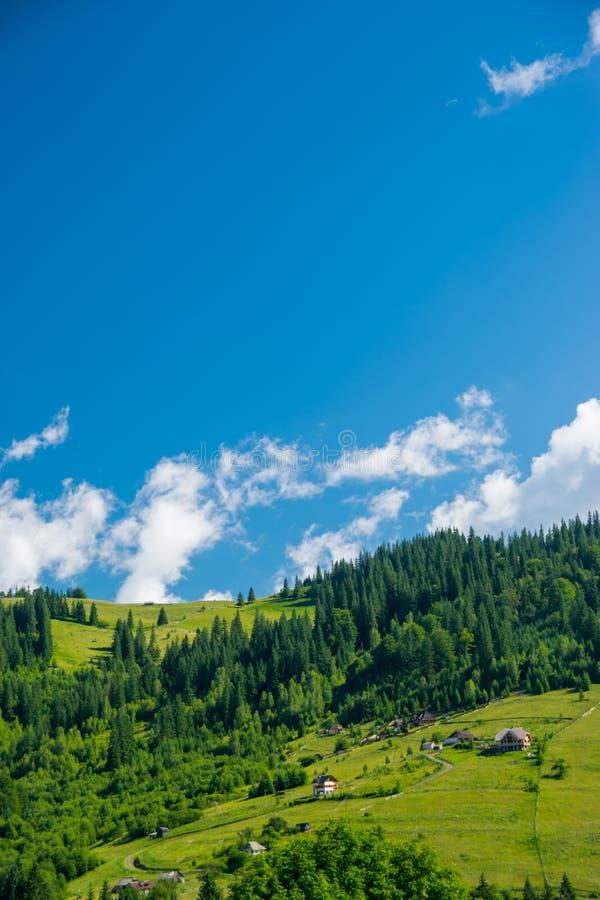 Χωριό Hutsul στα Καρπάθια βουνά στοκ εικόνα