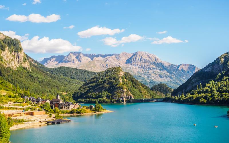 Χωριό Lanuza στα ισπανικά Πυρηναία, τα mountais τοπίων και τις λίμνες στοκ εικόνα