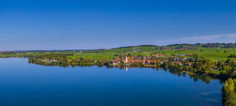 Χωριό Riegsee στη λίμνη Riegsee, Βαυαρία, Γερμανία στοκ εικόνες