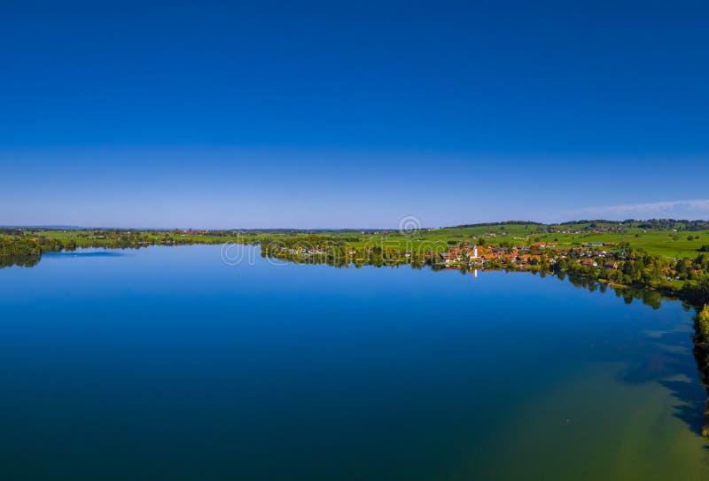 Χωριό Riegsee στη λίμνη Riegsee, Βαυαρία, Γερμανία στοκ εικόνα