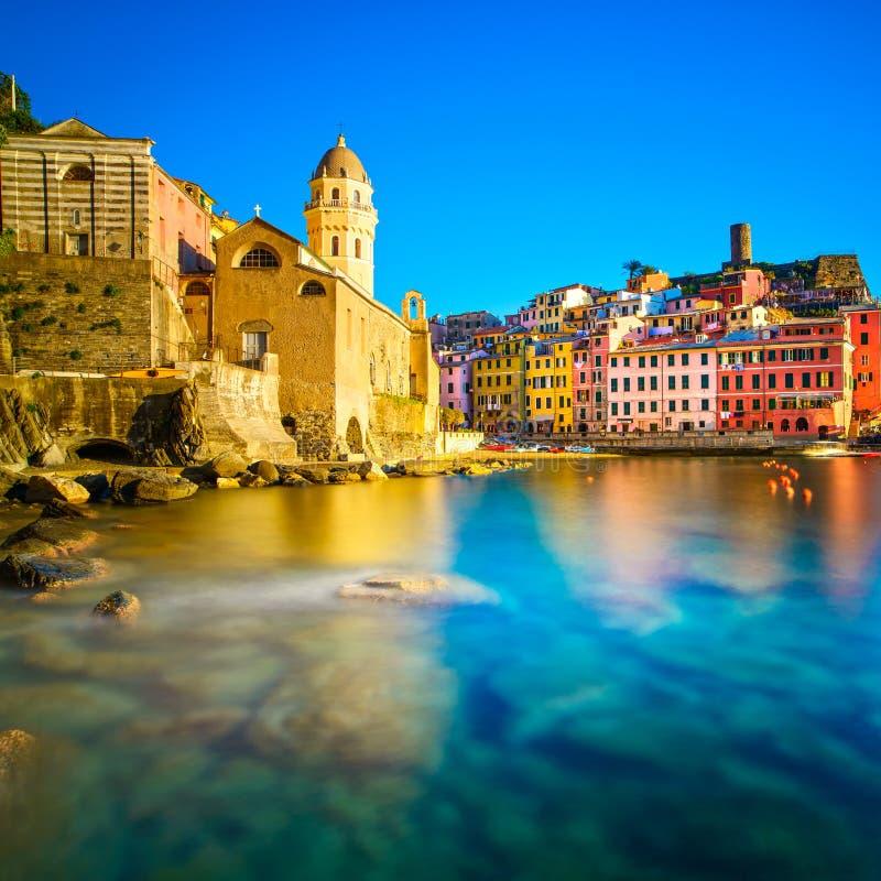 Χωριό Vernazza, εκκλησία, βράχοι και λιμάνι θάλασσας στο ηλιοβασίλεμα. Cinque στοκ φωτογραφία