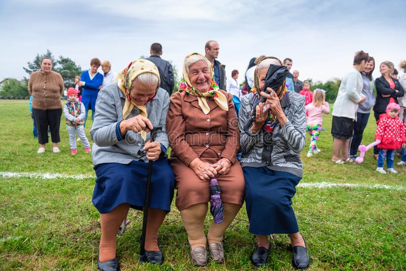 Χωριό Voroblevychi, Ουκρανία - 13 Αυγούστου 2017: Τρεις ηλικιωμένες γυναίκες που γιορτάζουν την ημέρα του χωριού Θετικές συγκινήσ στοκ εικόνα