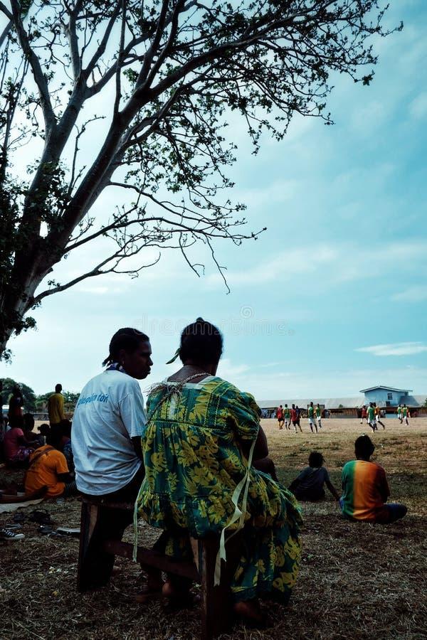 Χωριό Walarano, νησί Malekula/Βανουάτου - 9 ΙΟΥΛΊΟΥ 2016: τοπικοί άνθρωποι χωρικών που προσέχουν έναν ανταγωνισμό ποδοσφαίρου κατ στοκ εικόνες με δικαίωμα ελεύθερης χρήσης