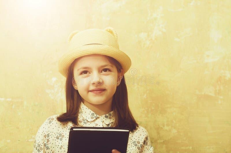 Χόμπι και εκπαίδευση, που διαβάζουν την ποίηση, την αναδρομικές μόδα και την ομορφιά στοκ εικόνες