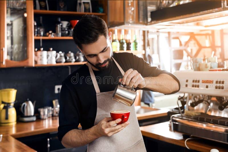 Χύνοντας γάλα Barista στο φλιτζάνι του καφέ στοκ φωτογραφίες με δικαίωμα ελεύθερης χρήσης