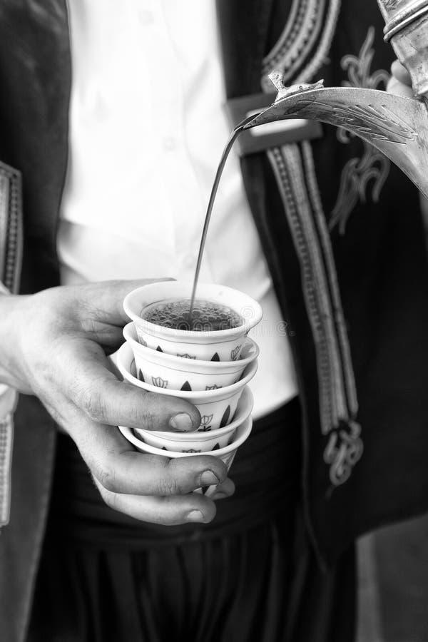 Χύνοντας καφές στα παραδοσιακά φλυτζάνια καφέ στοκ εικόνα