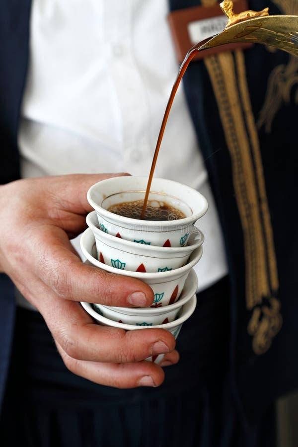 Χύνοντας καφές στα παραδοσιακά φλυτζάνια καφέ στοκ φωτογραφίες