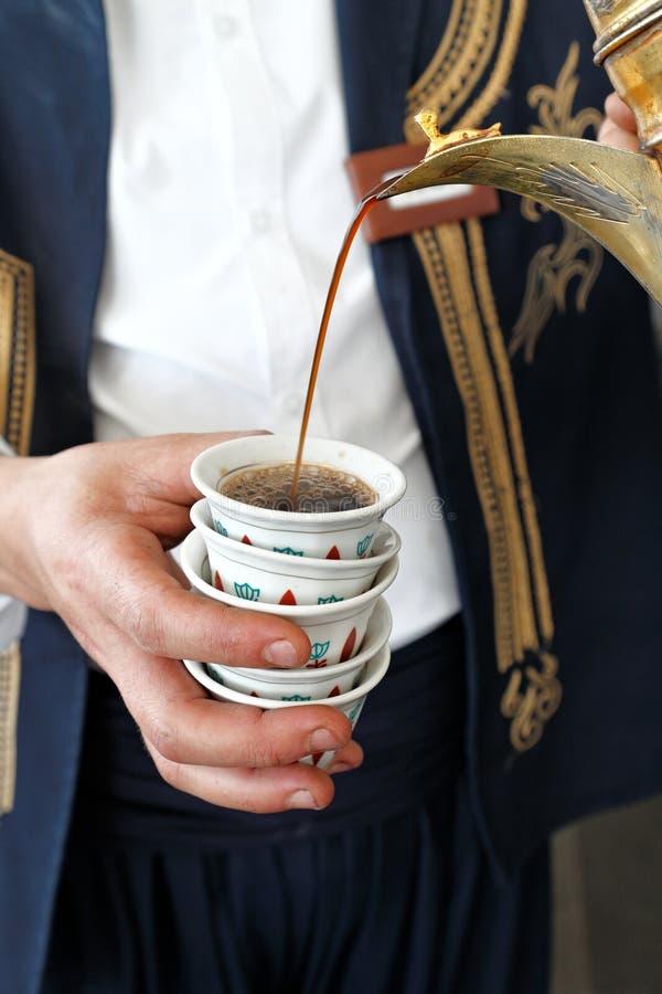 Χύνοντας καφές στα παραδοσιακά φλυτζάνια καφέ στοκ φωτογραφία με δικαίωμα ελεύθερης χρήσης