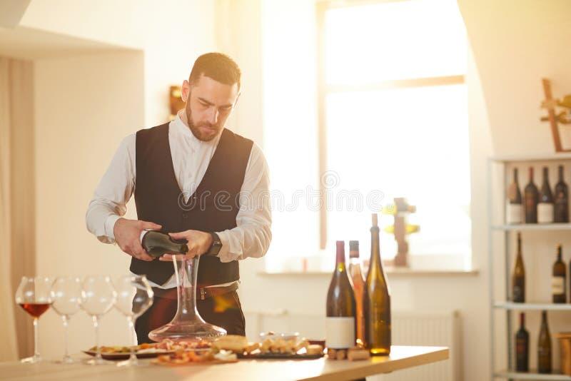 Χύνοντας κρασί Sommelier στοκ εικόνα με δικαίωμα ελεύθερης χρήσης