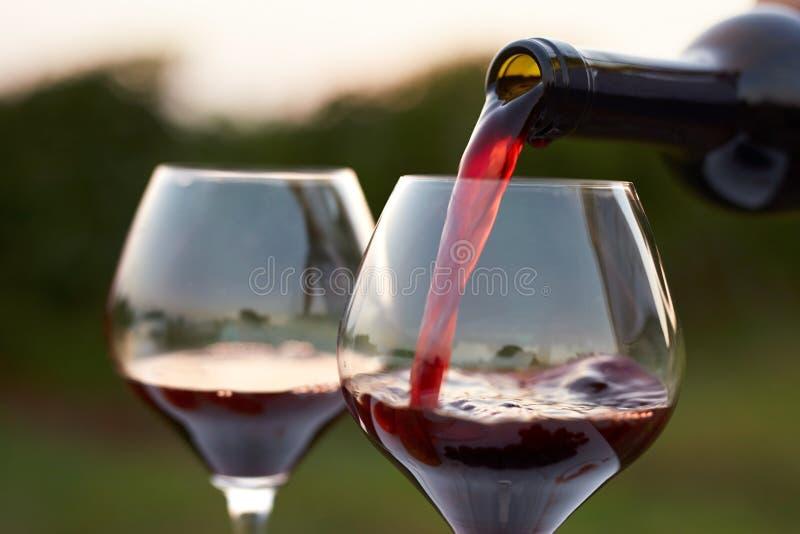 χύνοντας κόκκινο κρασί στοκ εικόνες με δικαίωμα ελεύθερης χρήσης