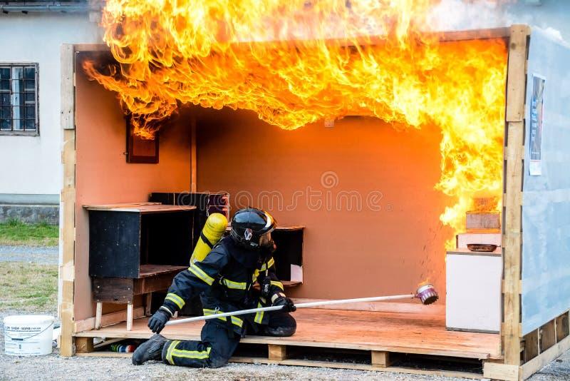 Χύνοντας νερό πυροσβεστών σε μια πυρκαγιά πετρελαίου - έκρηξη στοκ εικόνες με δικαίωμα ελεύθερης χρήσης