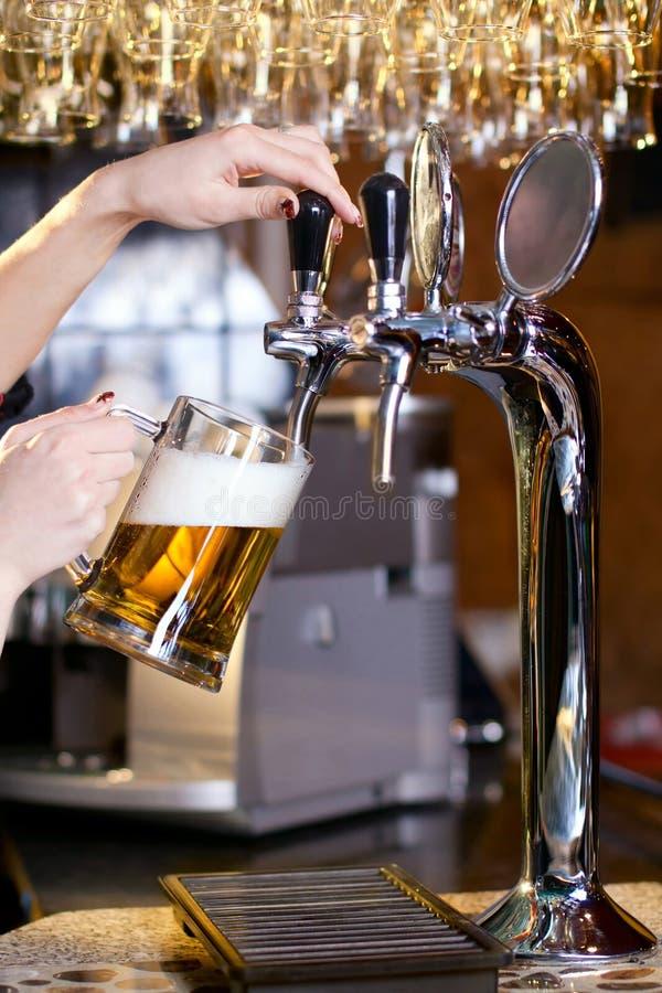 χύνοντας περιμένοντας γυναίκα μπύρας στοκ εικόνες με δικαίωμα ελεύθερης χρήσης