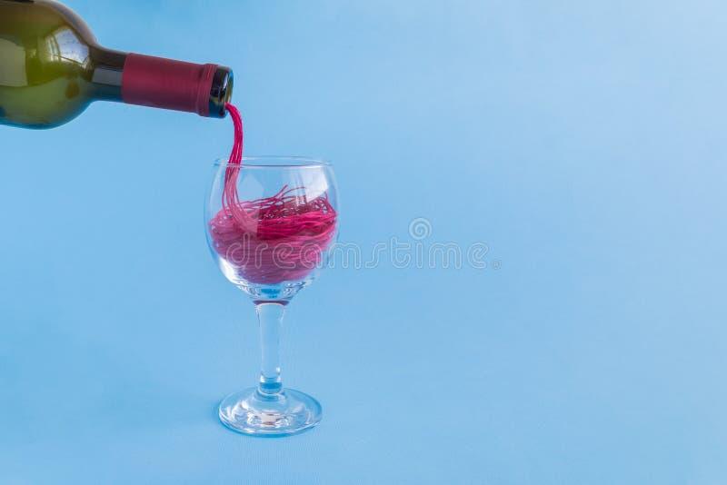 Χύνοντας τις κόκκινες σειρές με μορφή κόκκινου κρασιού από το μπουκάλι στην κατανάλωση του γυαλιού Αφηρημένη έννοια Minimalistic στοκ φωτογραφίες με δικαίωμα ελεύθερης χρήσης