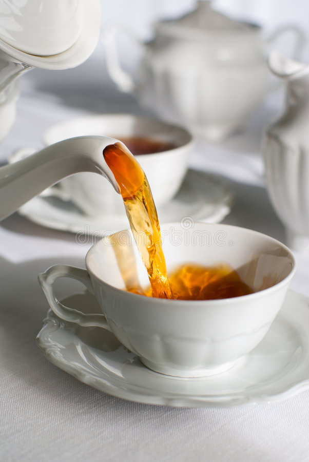 χύνοντας τσάι στοκ εικόνες
