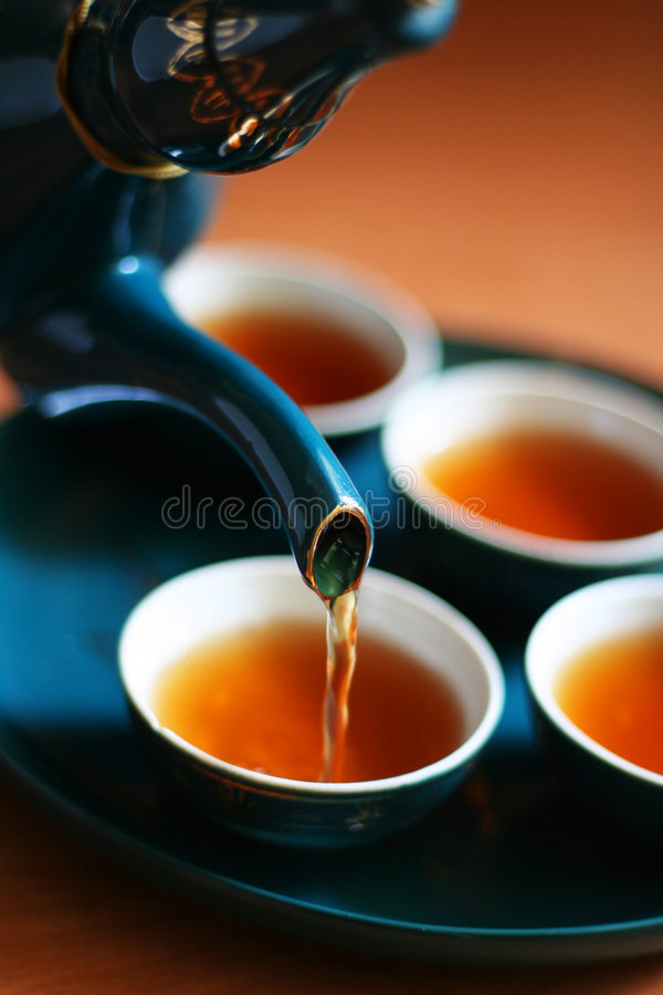 χύνοντας τσάι στοκ φωτογραφία με δικαίωμα ελεύθερης χρήσης