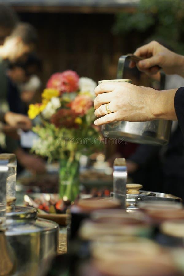 χύνοντας τσάι στοκ φωτογραφίες