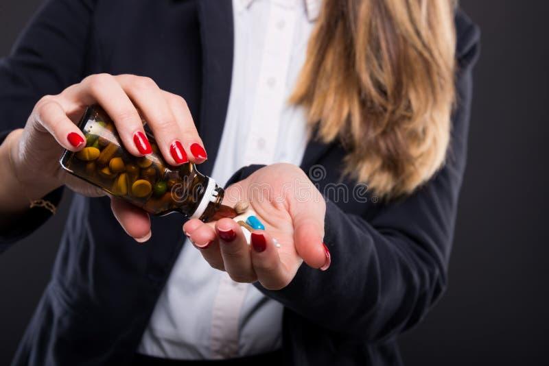 Χύνοντας χάπια επιχειρηματιών στο φοίνικά της στοκ εικόνες με δικαίωμα ελεύθερης χρήσης
