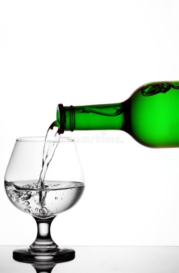 Download χύνοντας ύδωρ στοκ εικόνα. εικόνα από έκχυση, wineglass - 17057597