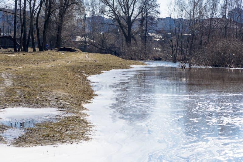 Χύσιμο άνοιξη του ποταμού στην πόλη Chernigov, Ουκρανία Τον Απρίλιο του 2018, στοκ εικόνα με δικαίωμα ελεύθερης χρήσης