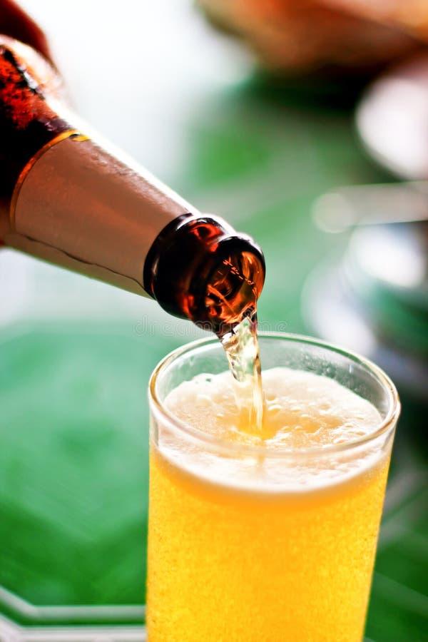 Χύστε την μπύρα στοκ εικόνες