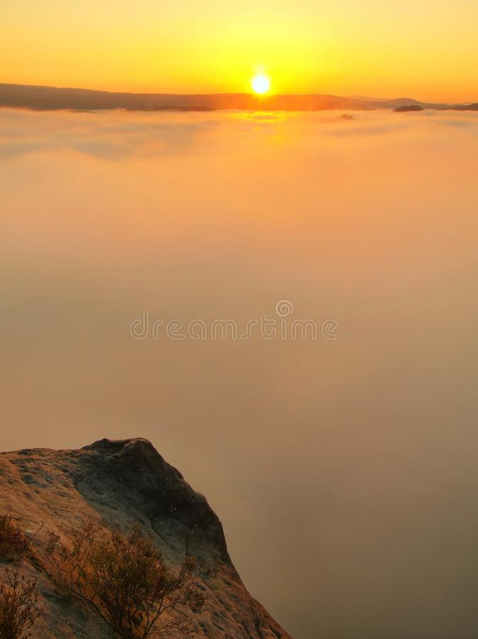 Χώρα φθινοπώρου Βαθύ misty σύνολο κοιλάδων βαριά wisps πρωινού της μπλε πορτοκαλιάς ομίχλης Αιχμές ψαμμίτη που αυξάνονται από την στοκ εικόνες