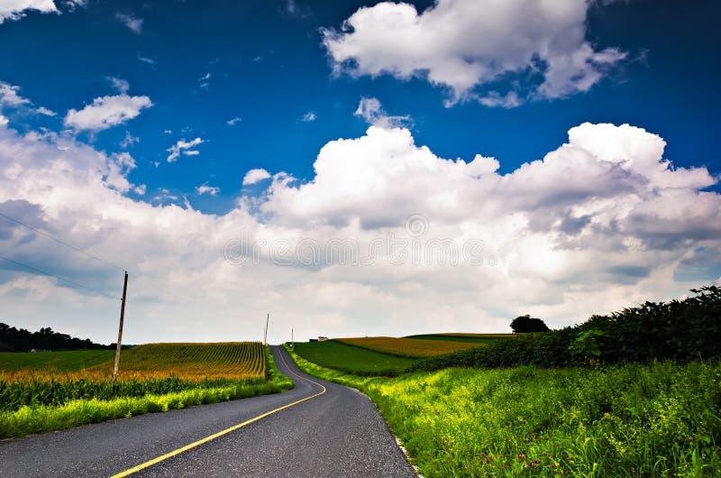 Χώρα backroad μέσω των αγροκτημάτων στη νότια κομητεία της Υόρκης, PA στοκ φωτογραφίες