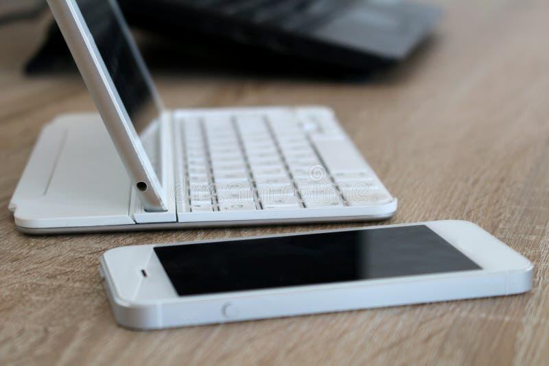 Χώρος εργασίας γραφείων με το κινητές τηλέφωνο και την ταμπλέτα στοκ φωτογραφία με δικαίωμα ελεύθερης χρήσης