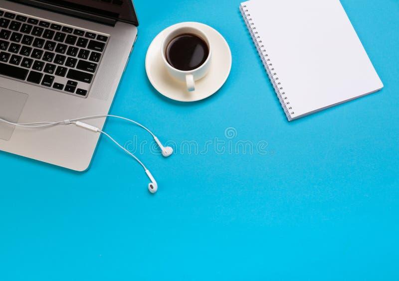 Χώρος εργασίας γραφείων γραφείων - οριζόντια βάλτε τη τοπ φωτογραφία προτύπων άποψης ενός χώρου εργασίας με το lap-top, το φλυτζά στοκ εικόνες με δικαίωμα ελεύθερης χρήσης