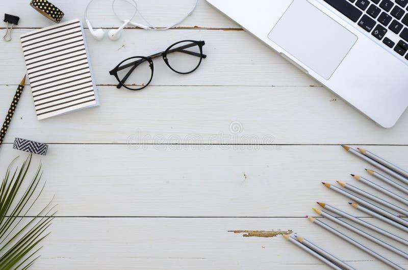Χώρος εργασίας καλλιτεχνών με το lap-top, τα γυαλιά, τα χρωματισμένα μολύβια και τα άσπρα earplugs Απόσπασμα έμπνευσης εγγραφής χ στοκ εικόνες με δικαίωμα ελεύθερης χρήσης