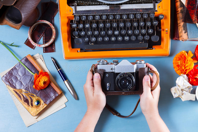 Χώρος εργασίας με την εκλεκτής ποιότητας πορτοκαλιά γραφομηχανή στοκ εικόνες