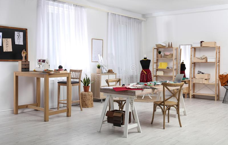 Χώρος εργασίας σχεδιαστή μόδας Δημιουργία νέων ρούχων στοκ εικόνες