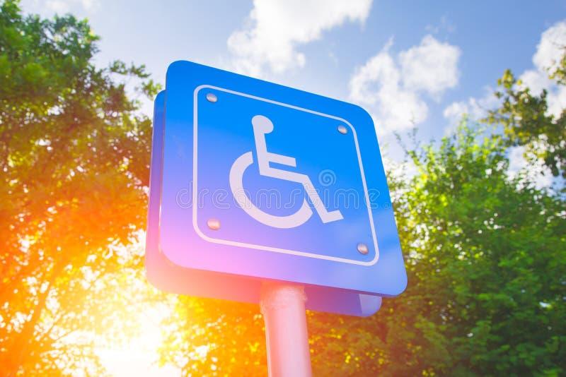 Χώρος στάθμευσης για το υπαίθριο σταθμό αυτοκινήτων σημαδιών ανικανότητας στοκ φωτογραφίες