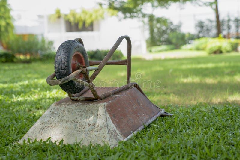 Χώρος στάθμευσης κατασκευής καροτσακιών στον τομέα χλόης στον κήπο το μεσημέρι στοκ φωτογραφίες με δικαίωμα ελεύθερης χρήσης