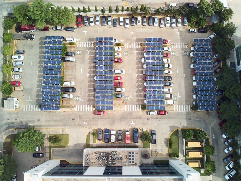 Χώρος στάθμευσης με τα ηλιακά πλαίσια στοκ φωτογραφία με δικαίωμα ελεύθερης χρήσης