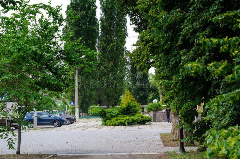 Χώρος στάθμευσης μπροστά από το ξενοδοχείο σε μια από τις πόλεις της Ουκρανίας Σιωπή και ειρήνη στο μέσο μιας νεφελώδους θερινής  στοκ εικόνες