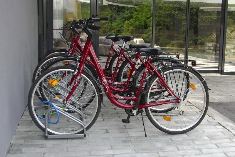Χώρος στάθμευσης ποδηλάτων κοντά στο σπίτι, αστικός τρόπος ζωής στοκ εικόνα