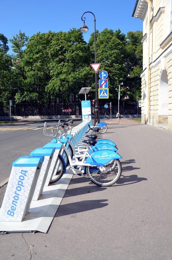 Χώρος στάθμευσης ποδηλάτων στη Αγία Πετρούπολη στοκ φωτογραφία