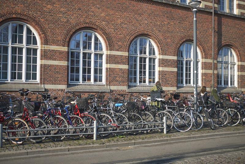 Χώρος στάθμευσης ποδηλάτων στον κεντρικό σταθμό της Κοπεγχάγης στοκ φωτογραφίες με δικαίωμα ελεύθερης χρήσης