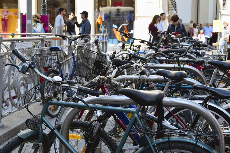 Χώρος στάθμευσης ποδηλάτων στο ιστορικό κέντρο της πόλης Ποδήλατα στην οδό της Βιέννης Ενεργός αστικός τρόπος ζωής στοκ εικόνες με δικαίωμα ελεύθερης χρήσης