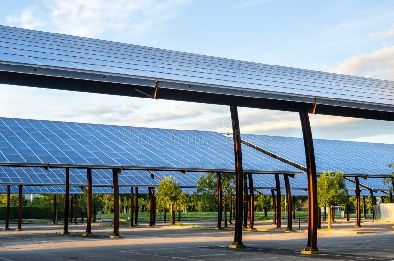 Χώρος στάθμευσης που καλύπτεται με τα ηλιακά πλαίσια στοκ εικόνες
