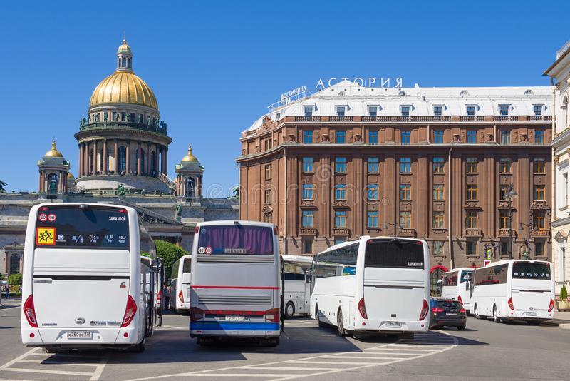 Χώρος στάθμευσης των λεωφορείων τουριστών στο ST Isaac Square Άγιος Πετρούπολη στοκ εικόνες