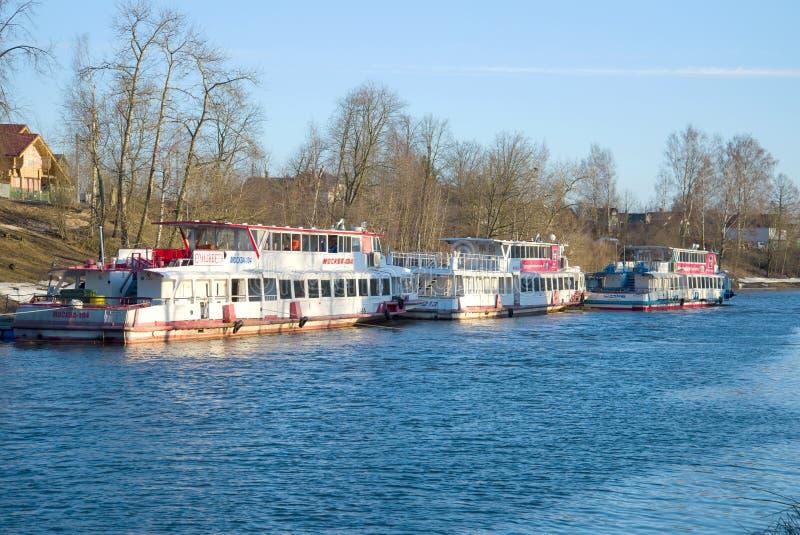 Χώρος στάθμευσης των σκαφών ` Μόσχα ` μηχανών τουριστών στον ποταμό Izhora πριν από τη θερινή ναυσιπλοΐα Ust-Izhora στοκ εικόνα με δικαίωμα ελεύθερης χρήσης