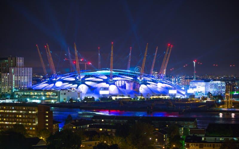 Χώρος του Λονδίνου κάτω από την ελαφριά εκτέλεση Η πόλη ανάβει το υπόβαθρο στοκ εικόνα με δικαίωμα ελεύθερης χρήσης