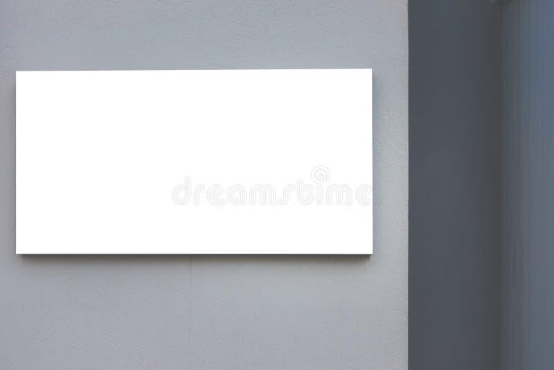 Χλεύη επάνω Κενός πίνακας διαφημίσεων υπαίθρια, υπαίθρια διαφήμιση, πίνακας δημόσια πληροφορίας στον γκρίζο τοίχο στοκ φωτογραφία